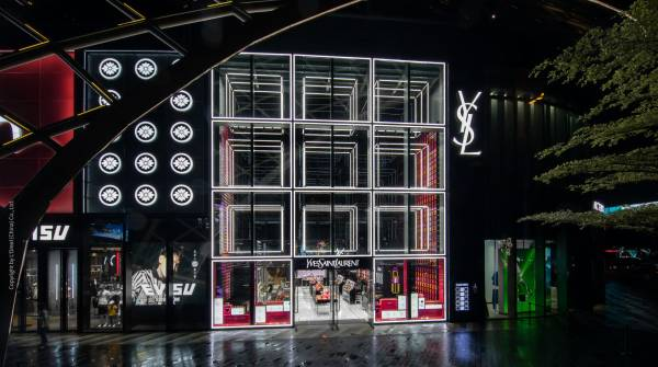 With the lightning system LIGEO, a giant shop window installation made up of cuboids has been created, which illuminates the 10-meter-high facade of the YSL shop.