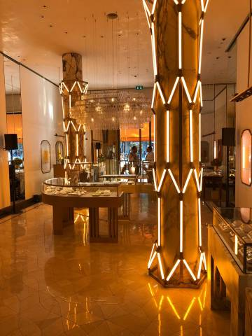 A web made up of LIGEO luminaries frames the pillars of the Bulgari Shop in Spain and accentuates the classy design.