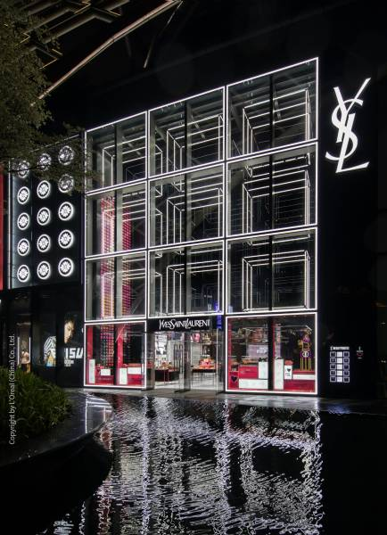 With the lightning system LIGEO, a giant shop window installation made up of cuboids has been created, which illuminates the 10 meter high facade of the YSL shop.